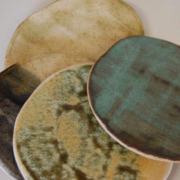 platos de cerámica hechos a mano en varios tonos verdes