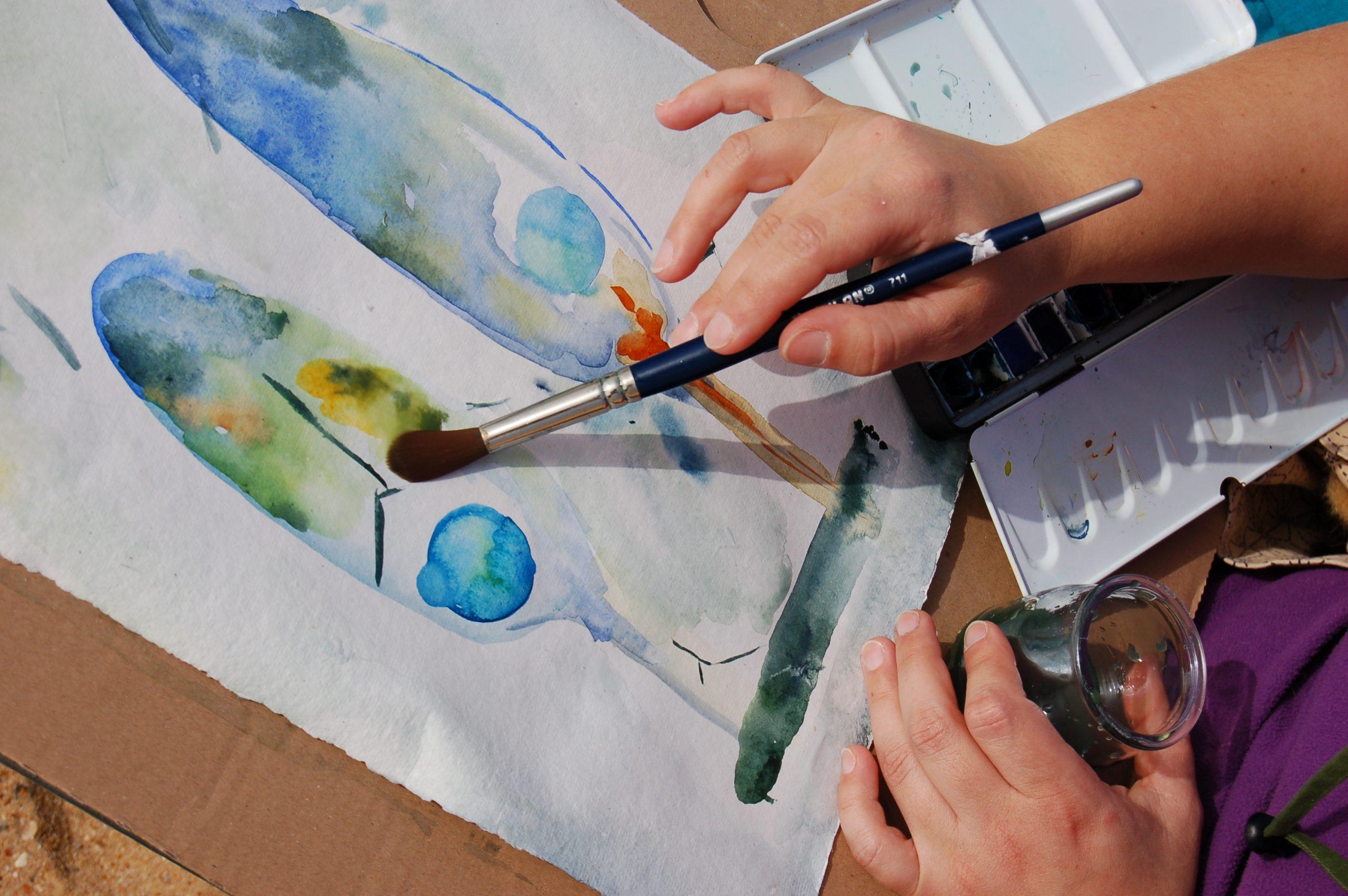 Inés Casas pintando Los árboles de la Lluvia
